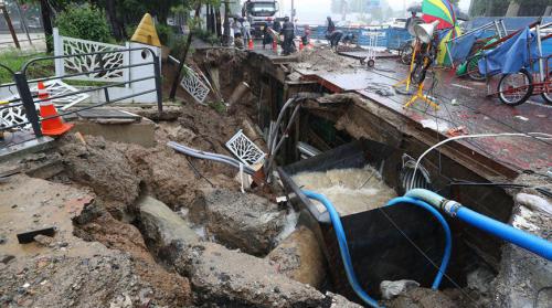 БНСУ-д хүчтэй аадар бороо орсны улмаас 33 хүн амиа алджээ
