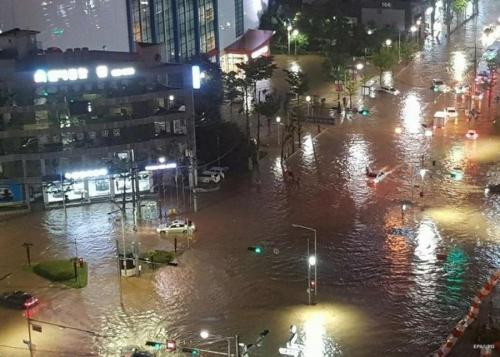 БНСУ-д хүчтэй аадар бороо орсны улмаас 31 хүн амиа алджээ