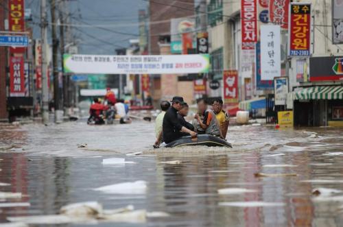Фото мэдээ: БНСУ-д их хэмжээний аадар бороо үргэлжлэн орж, дараах нөхцөл байдал үүссэн байна